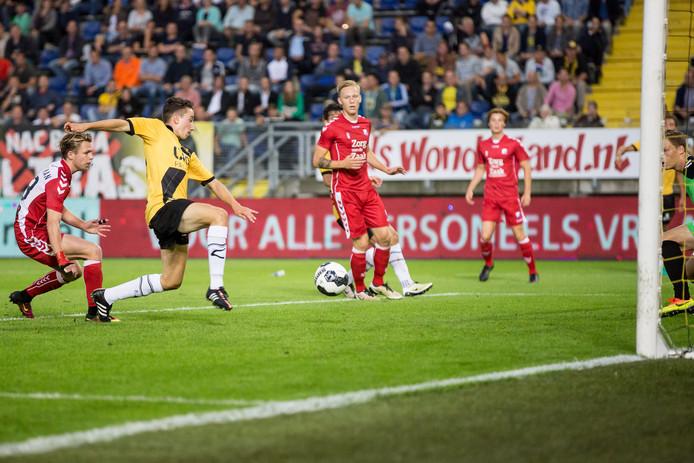 NAC speler Bodi Brusselers scoort de 3-1 tegen Jong FC Urecht