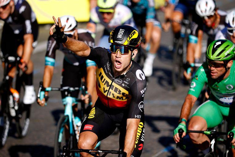 Wout van Aert viert zijn overwinning, net na de finish in Parijs. Beeld Getty Images