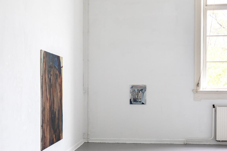 Schilder Leo Arnold hing zijn zelfportret naast het raam dat ook op het doek staat.  Beeld Natascha Libbert