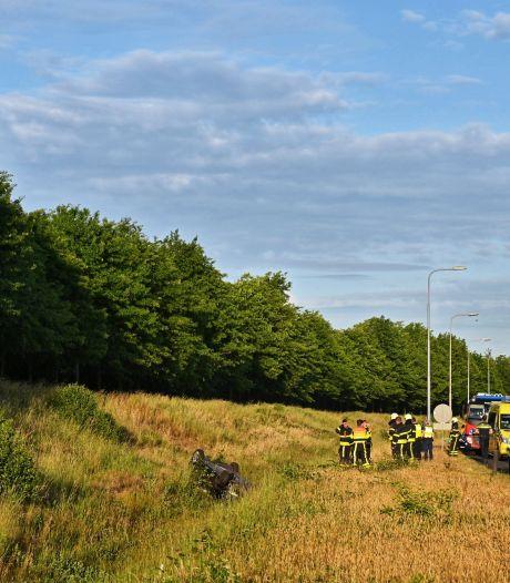 Auto belandt in greppel naast A58 bij Etten-Leur
