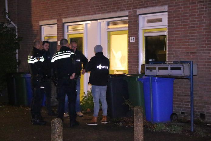 De politie doet onderzoek na de overval in de woning.