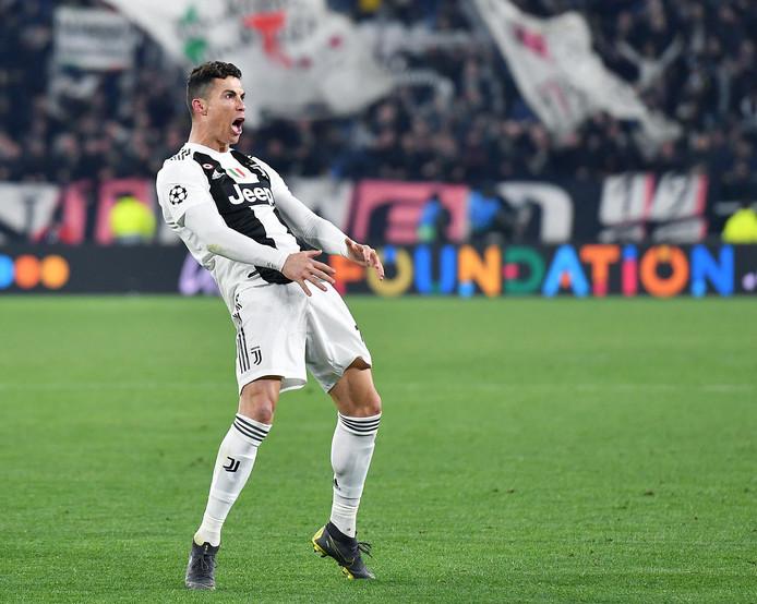 Cristiano Ronaldo viert zijn hattrick met een Diego Simeone-imitatie.