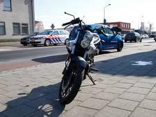 Auto knalt tegen bromfiets in Boxmeer