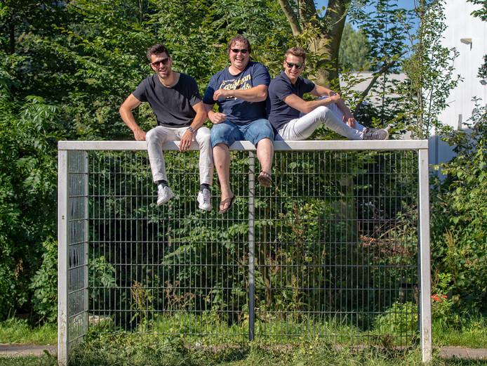 Thijs Mansier (links) en Ferry Gieskes (midden) willen bewoners van zorginstellingen entertainen met muziek. Eerder organiseerden ze met Chris Verkleij Jam in the Park om Bodegravers te vermaken.