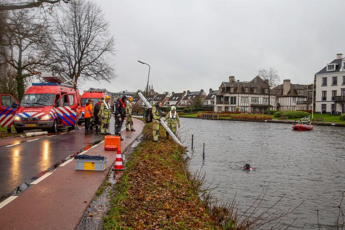 Een duikteam van de brandweer onderzocht de auto in de Vecht bij Breukelen.