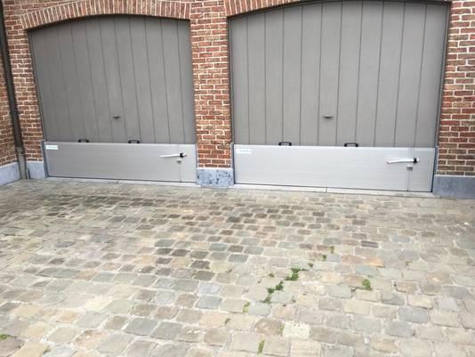 De op maat gemaakte schotten kunnen ook aan garages geplaatst worden.