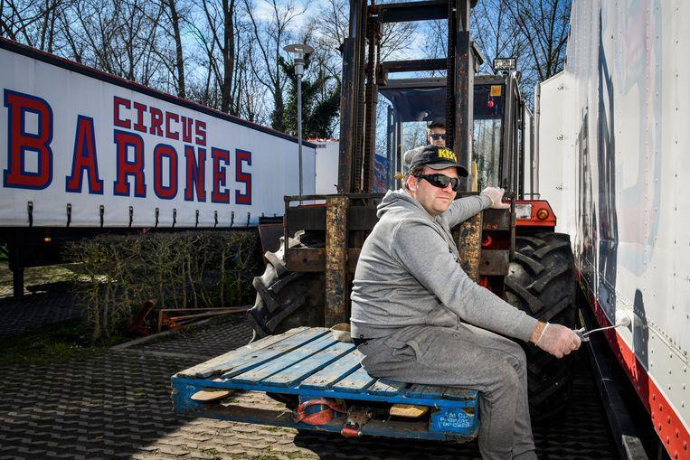 """Circusdirecteur Richard maakt van de nood en deugd en voert nu klusjes uit aan het wagenpark en materiaal. """"Klagen heeft geen zin, stilzitten ook niet"""", zegt hij."""
