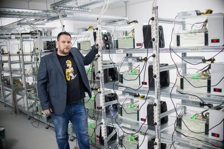 Niko De Jonghe in zijn 'server paradise' in Sofia. 'Onze minecomputers zijn ondergedompeld in minerale olie, waardoor ze koel blijven en minder stroom verbruiken.' Beeld Nikolay Doychinov