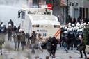 Na de aanslagen in Brussel maakten enkele honderden hooligans amok op het Beursplein.