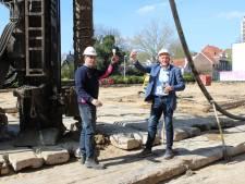Bescheiden ceremonie rond eerste paal Velpercampus voor mbo in Arnhem