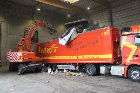 Het afval wordt in Eeklo in grote vrachtwagens geladen, en naar Doel afgevoerd.