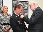 Brandpostcommandant Henk van den Hoogen krijgt Speld van Verdienste tijdens opening kazerne Oeffelt