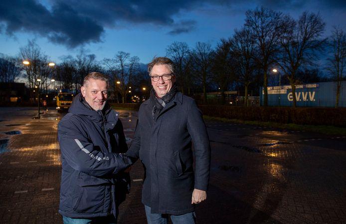 Bestuurslid van DOVO Johan Blad (rechts) en bestuurslid van GVVV Erwin Gerritsen op 'neutraal terrein', de parkeerplaats tussen de twee clubs.