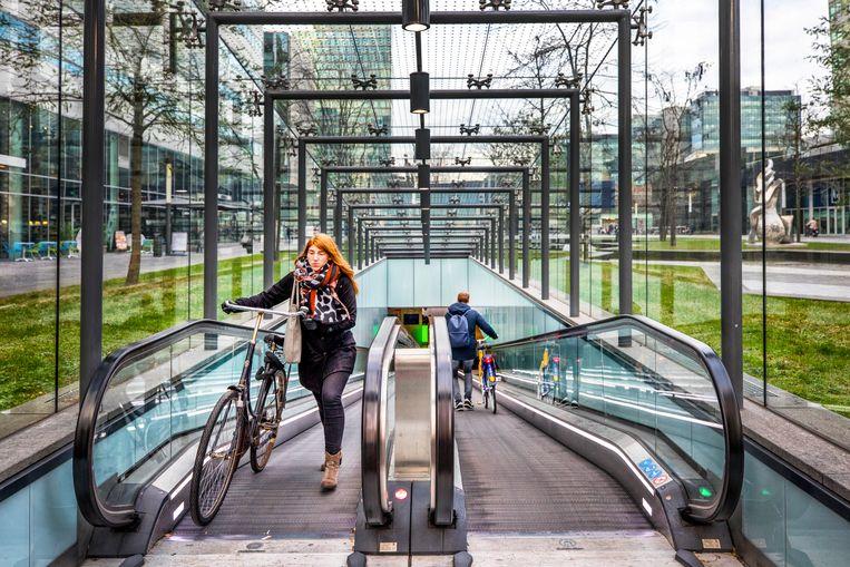 Fietsers maken gebruik van de fietsenstalling onder het Gustav Mahlerplein in Amsterdam. Beeld Raymond Rutting / de Volkskrant