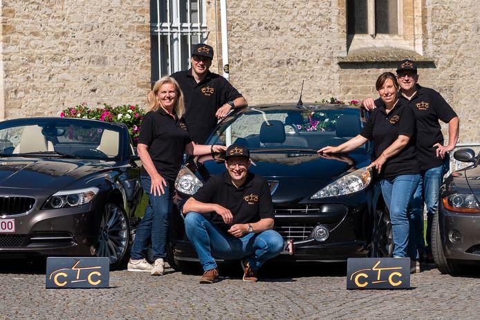 Marc Le Moine (midden) organiseert samen met zijn echtgenote Veerle Verhelst (links) en vrienden Hilde, Gunther en Olivier zondag een cabriorondrit voor kankerpatiënten.