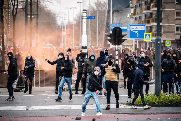 Ondanks een herhaalde oproep om Eindhoven te verlaten, bleef een grote groep de confrontatie zoeken met de politie. Er werd onder meer gegooid met stenen, fietsen en golfballen.  Beeld ANP