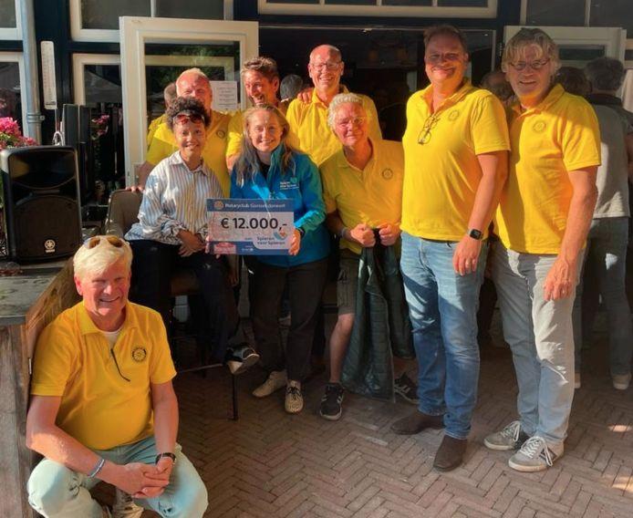 Oud-tophockeyster Minke Booij, met spierziekte patiënt Jenell Emanuelson bij het bosrestaurant in Joppe.