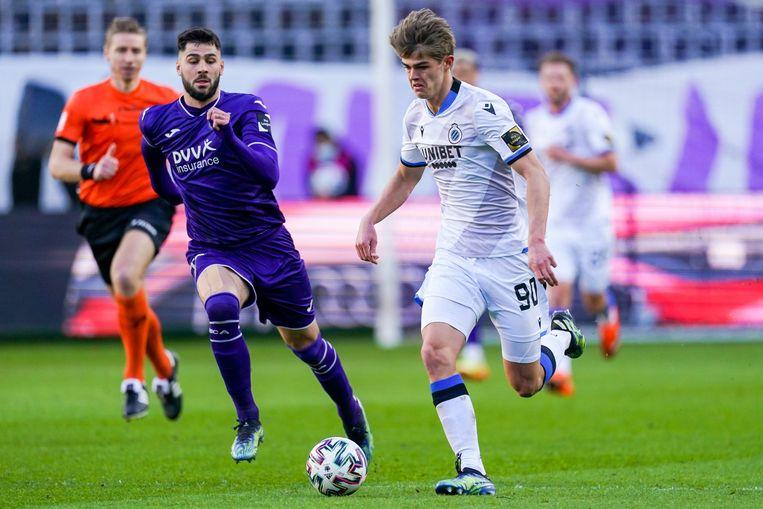 Club Brugge-middenvelder Charles De Ketelaere loopt voorbij Elias Cobbaut van Anderlecht. Beeld Photo News