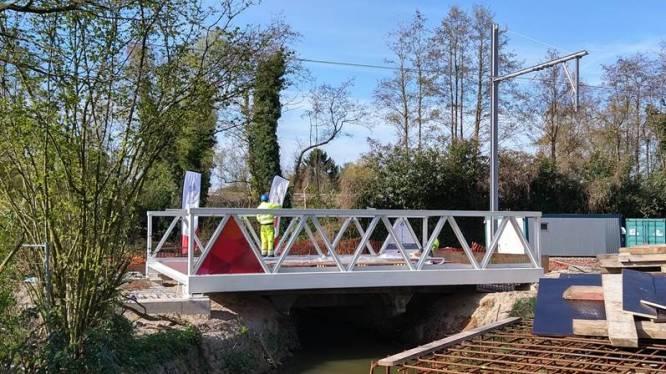"""Laatste nieuwe brug van fietsostrade geplaatst: """"Hele traject klaar tegen zomer 2022"""""""