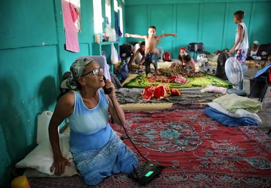 Een Cubaanse vrouw belt met haar familie vanuit een opvangcentrum in Turiguano.