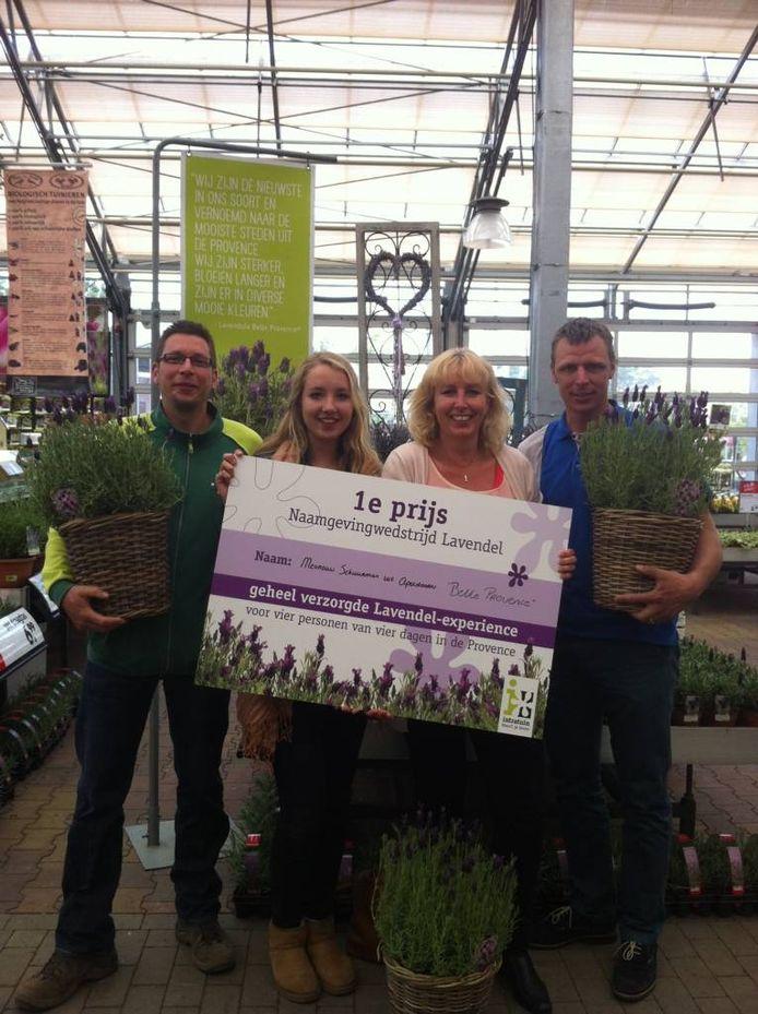 Mevrouw Schuurman nam gisteren met haar dochter haar prijs in ontvangst bij Intratuin Apeldoorn.
