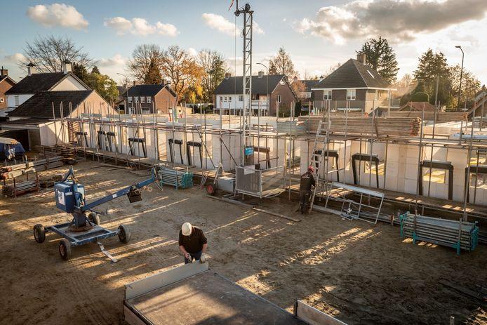 Op het oude terrein van Garage Verhoeven aan de Nieuwstraat in Budel verrijzen vijftien sociale huurwoningen