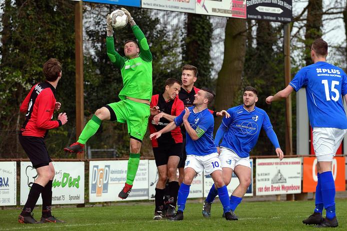 Wedstrijdbeeld bij Sprundel - RSV. Sprundel-doelman Niels Foesenek torent boven de rest uit.