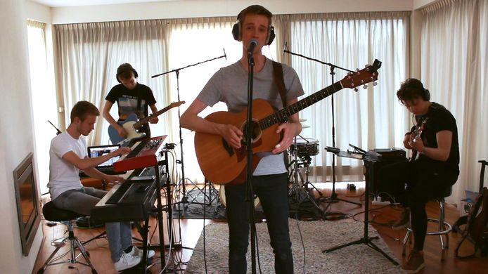 Chris Egbers en zijn band in de lege huiskamer van de drummer.