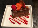 Chocoladecake met rode vruchten.