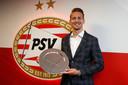 Toch een schaal voor Luuk de Jong. De PSV-spits heeft het spelersklassement van het AD gewonnen.
