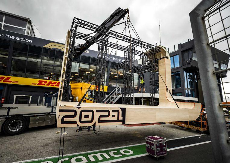 Het podium wordt opgebouwd in de pitlane op Circuit Zandvoort. Beeld ANP