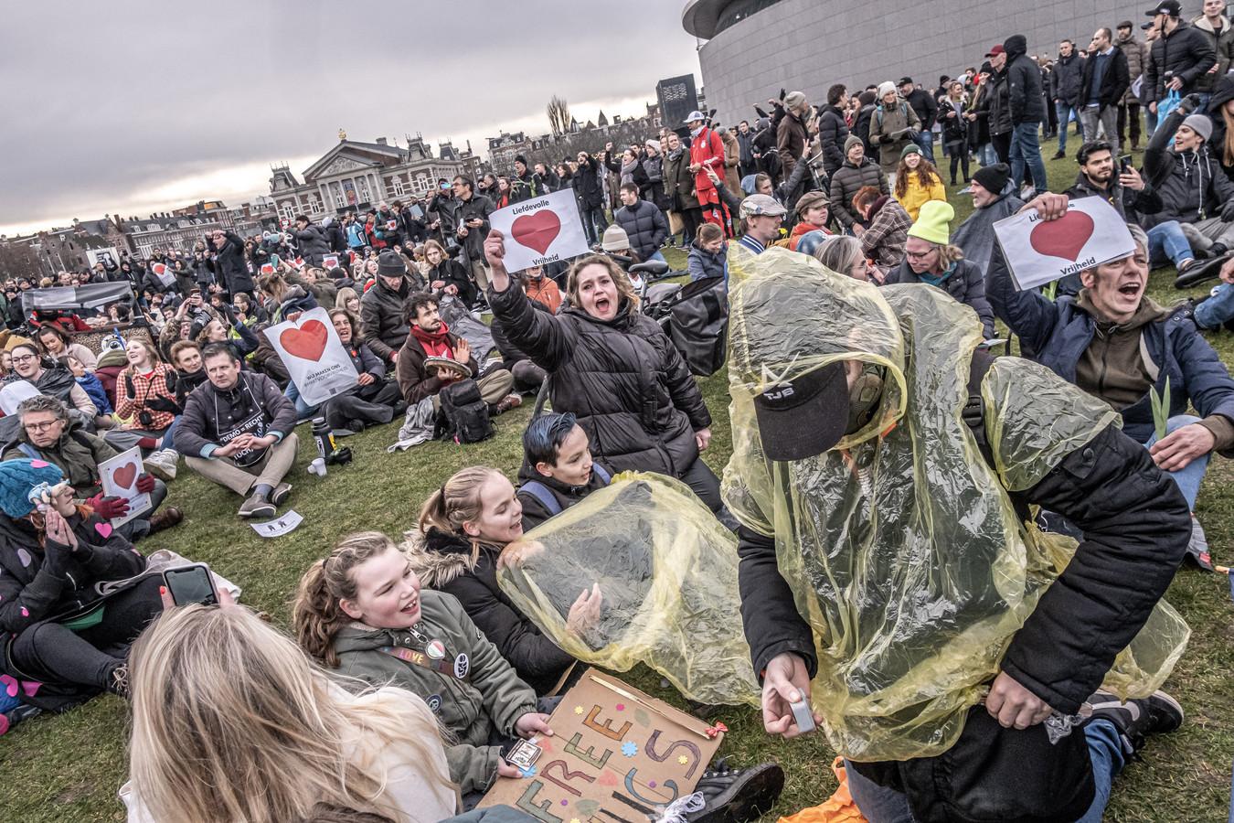 Demonstranten hebben zich verzameld op het Museumplein om te protesteren tegen de coronamaatregelen.