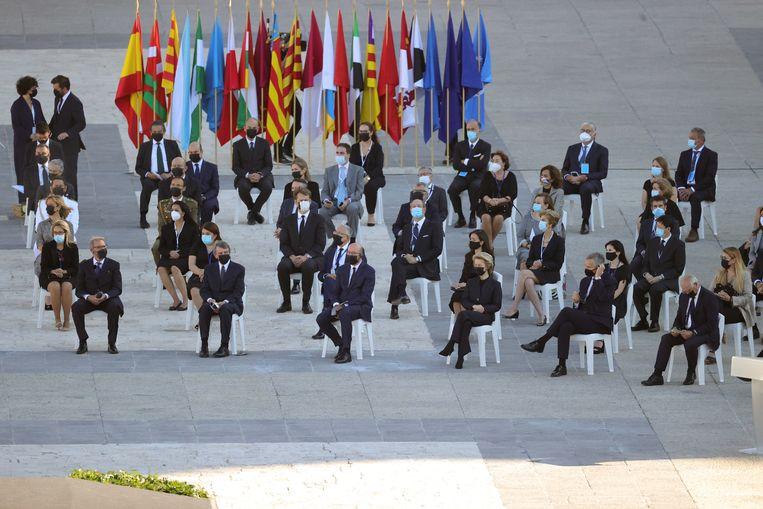 De Europese leiders en de secretaris-generaal van de NAVO, Jens Stoltenberg, eren de coronaslachtoffers in Madrid. Beeld EPA