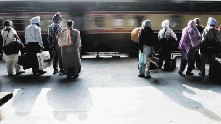Wachten op de trein in Amritsar, waar Theroux concludeert dat het flauwekul is van ¿het Indiase wonder¿ te spreken. Want anders dan kranten en tijdschriften schrijven is vrijwel alles bij het oude gebleven. (FOTO EPA ) Beeld