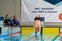 Maarten van der Weijden duikt het water in van Zwembad de Warande in Oosterhout voor zijn recordpoging.