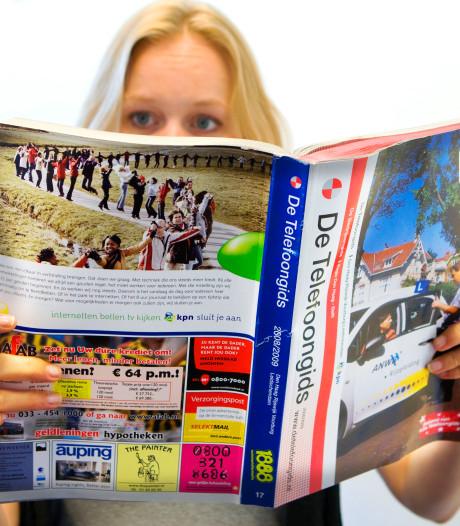 Allerlaatste telefoonboek van Nederland uitgedeeld in Enschede