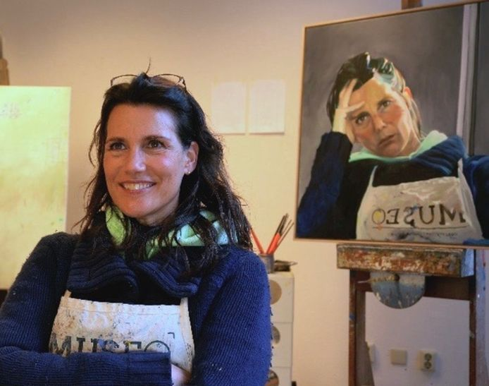 Sandra Thie bij haar genomineerde zelfportret 2020.