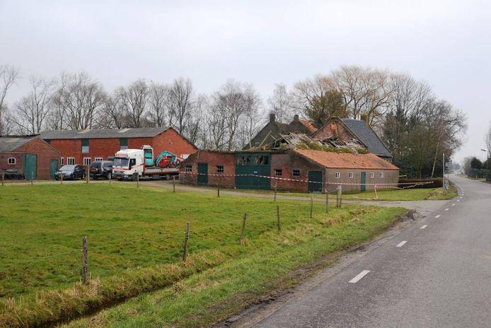 Een daarin gespecialiseerd bedrijf is gisteren begonnen met het verwijderen van asbest uit het achterhuis van de uit 1768 daterende boerderij van de familie Clarijs aan de Heesterbosstraat in Zegge. foto Jan van Zuilen