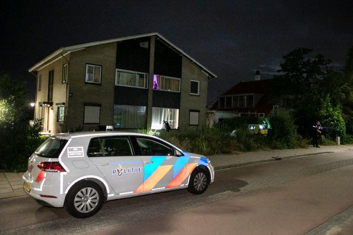 Politie bij de woning aan de Hulkesteinseweg in Arnhem waar mogelijk geschoten is.
