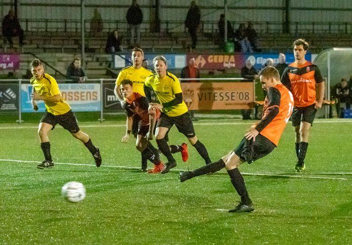 Bjorn Hendriks benut zijn eerste penalty van de avond: 1-0.