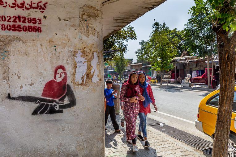 Overal in Kabul prijkt graffiti van de 15-jarige Qalam Gul, die eind juli een aanval afsloeg van Talibanstrijders op haar ouderlijk huis. Beeld Noël van Bemmel