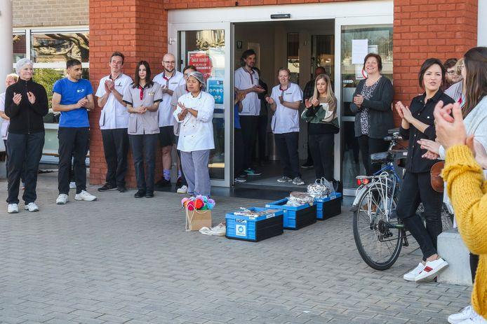 Overhandiging van de pannenkoeken aan het rusthuis, gebakken door de buren van de Gentsesteenweg.