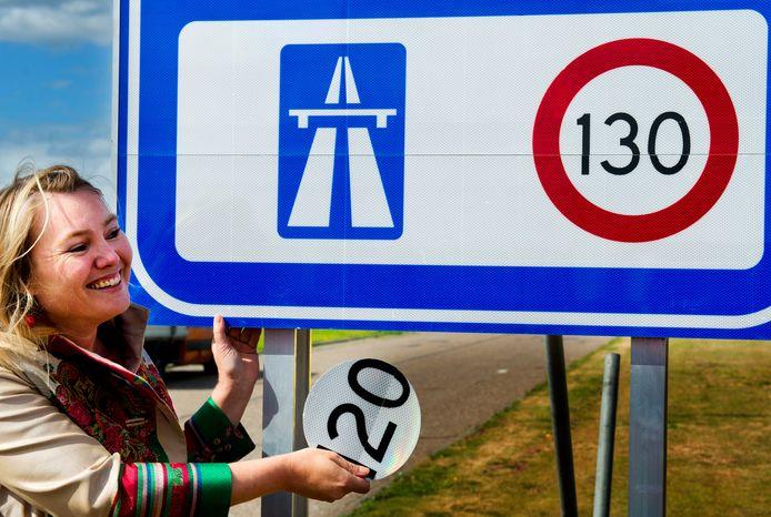 Minister van Verkeer Melanie Schultz van Haegen bij de onthulling van het 130 kilometerbord bij de grensovergang Zandvliet aan de A4.