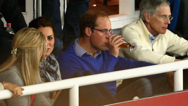 Prins William geniet van een biertje tijdens de rugbytopper in Sydney Beeld getty