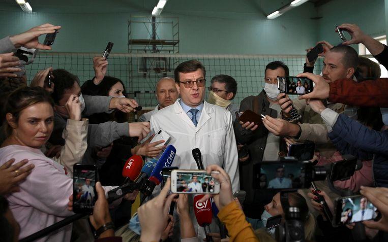 Alexander Murakhovsky, hoofdarts van het ziekenhuis in Omsk, sprak vrijdagochtend de pers toe.  Beeld REUTERS