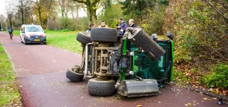 Pech voor nieuwe grasmaaier op tweede werkdag: drukt per ongeluk op gaspedaal in plaats van rem