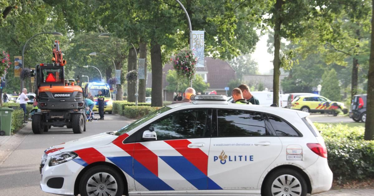 Traumahelikopter opgeroepen na ongeluk tussen kraanvoertuig en fietser in Diepenheim.