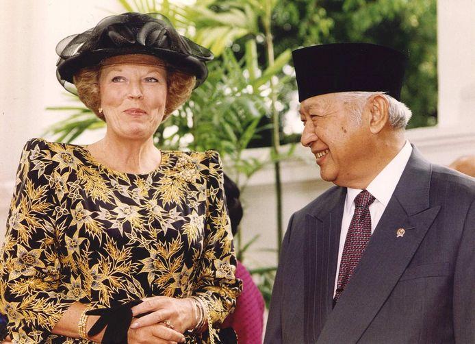 Tijdens het staatsbezoek Indonesië in 1995, wordt koningin Beatrix begroet door de Indonesische president Soeharto.