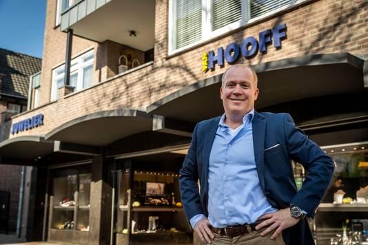Martijn van Hooff voor zijn zaak in de Deurnese Stationsstraat.