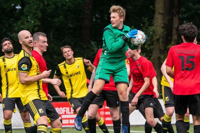VDZ-doelman Kwint Ceelen torent boven iedereen uit en heeft de bal stevig vast.